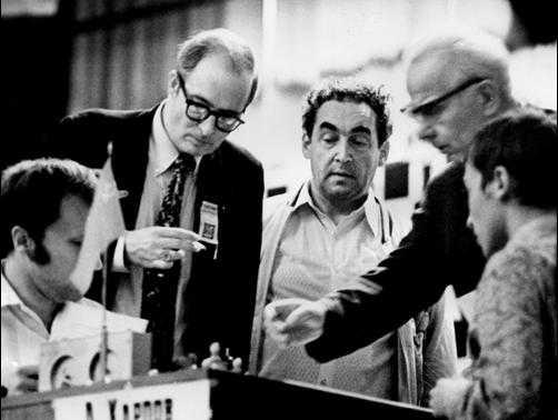Роберт Бирн и Марк Тайманов у завершившейся партии А.Карпова с В.Тукмаковым, Ленинград, 1973