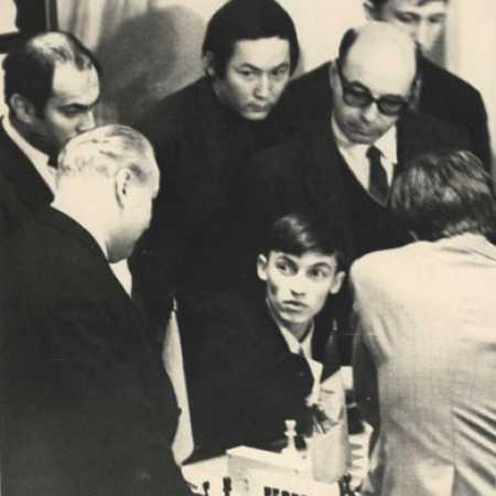 Анатолий Карпов в окружении М.Таля, В.Микенаса, Б.Билунова, Д.Бронштейна