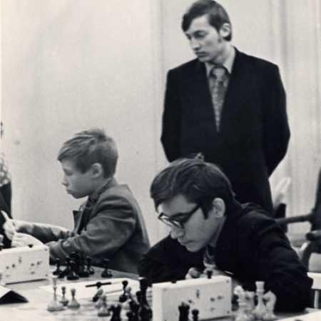 Анатолий Карпов с пионерами