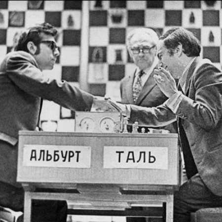 Андрей Михайлович Батуев - судья чемпионата СССР 1974 года - у завершившейся партии Льва Альбурга и Михаила Таля